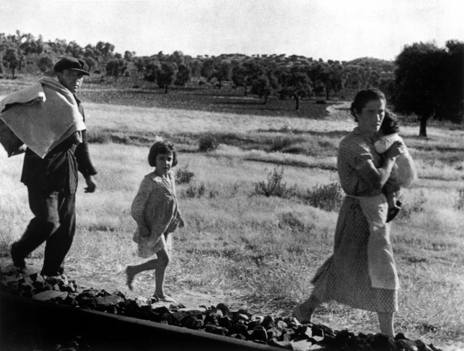 16-robert-capa-international-center-of-photography-spain-andalucia-september-5th-1936-cerro-muriano-cordoba-front-civilians-fleeing