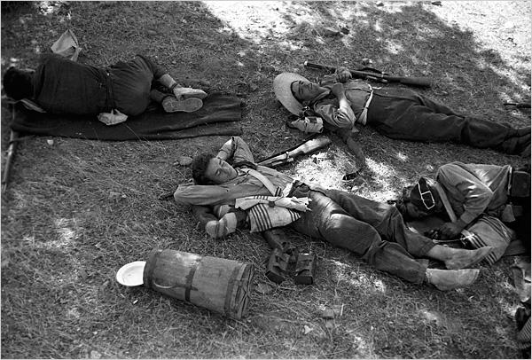 21-milicianos-durmiendo