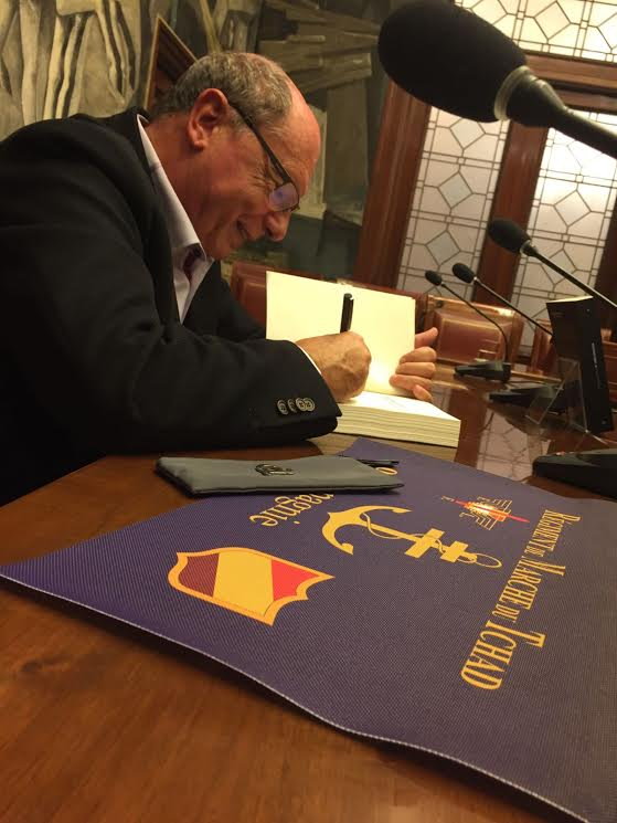 firmando-con-banderin
