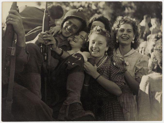 670669-la-liberation-de-paris-l-accueil-fait-aux-soldats-ao-t-1944