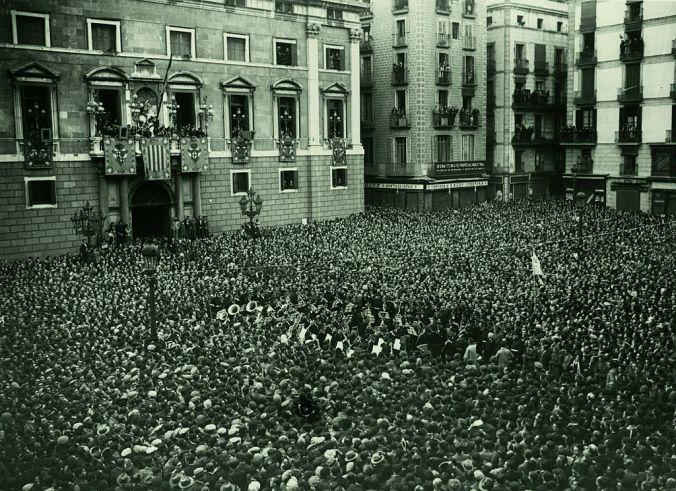 Fitxer_Proclamació_de_la_República_Plaça_Sant_Jaume._Fotògraf_Josep_Maria_Sagarra,_1931.jpg