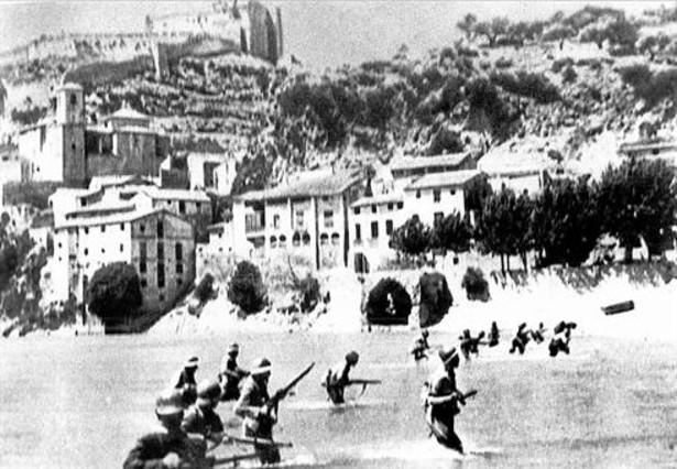 Resultado de imagen de voladura de las pasarelas del Ebro