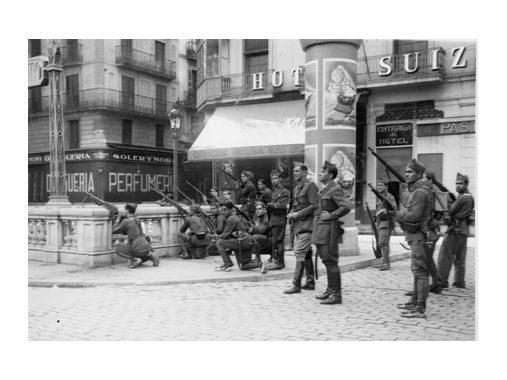 Soldats a la plaça de l'Àngel a punt d'arribar a la plaça de