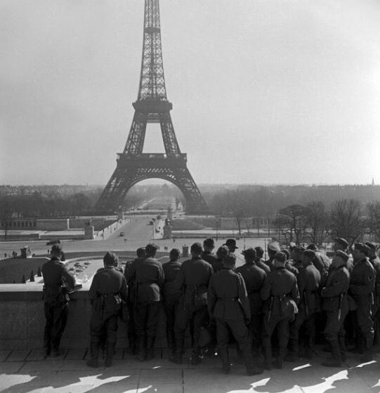 6370d8ccbc1c5ad629fe7c55277bcba9--eiffel-tower-in-paris-eiffel-towers