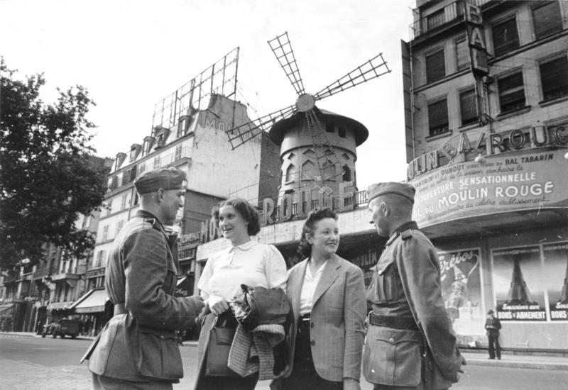 Paris, deutsche Soldaten vor dem Moulin Rouge